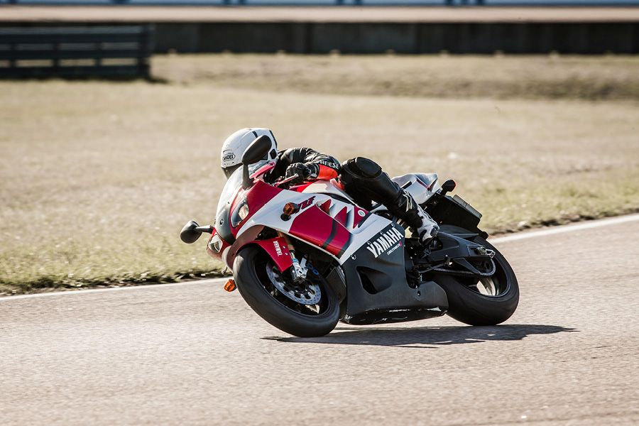 Yamaha R7 in right hand bend at Rockingham Circuit